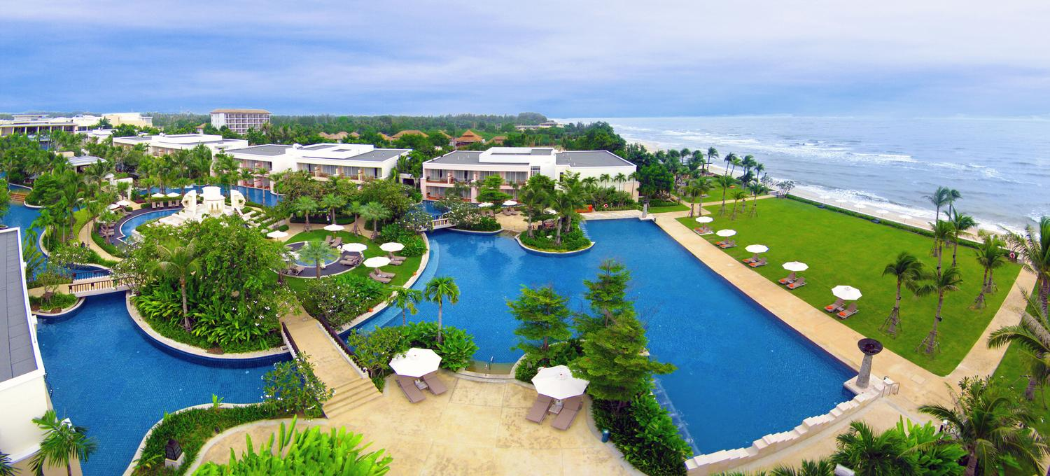 Top 10 most spectacular swimming pools top inspired for Top ten swimming pools in the world