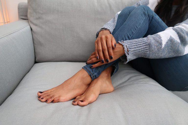 apply-polish-on-toenails-