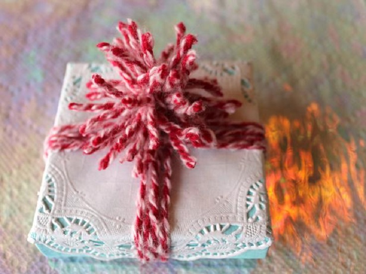 original_Camille-Smith-christmas-gift-wrap-doily-and-yarn-beauty_s4x3_lg