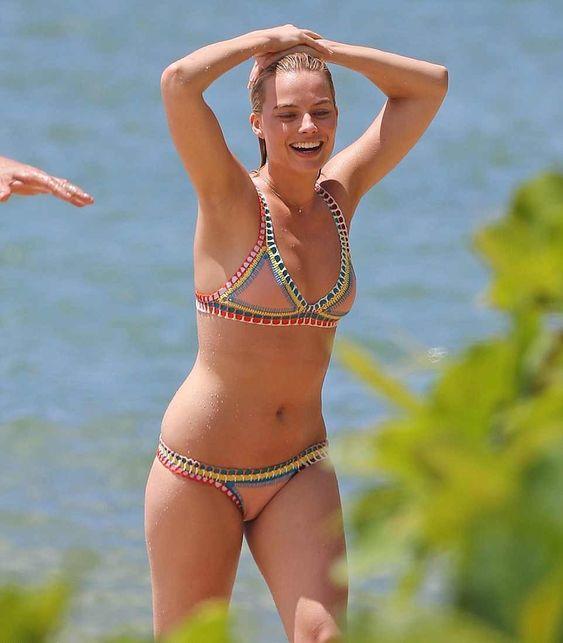 margot-robbie-in-bikini-