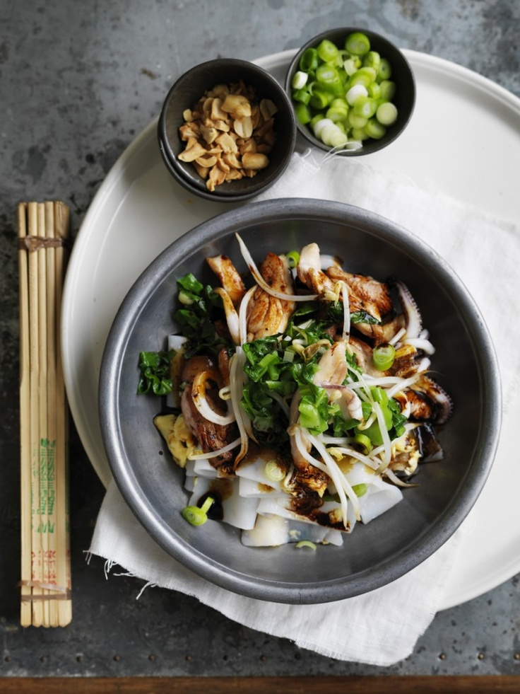 Stir-fried-rice-noodles-with-chicken-and-squid
