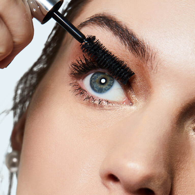 apply-mascara-from-the-root-to-tips-
