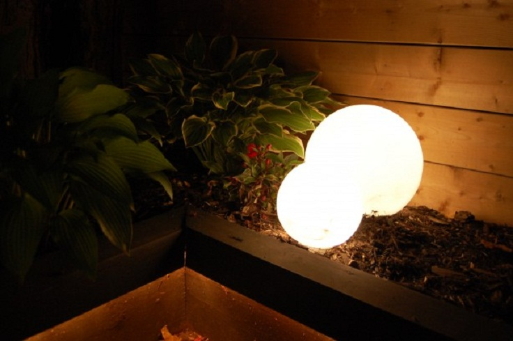 Top 10 lighting ideas that 39 ll brighten up your outdoor for Outdoor christmas globes