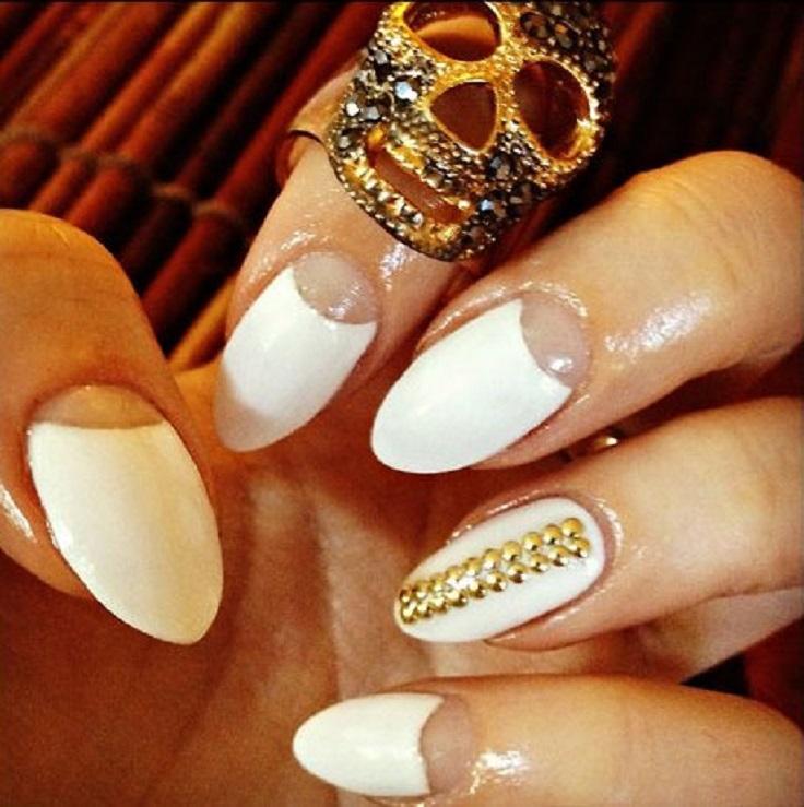 white-nails-and-gold-circons-3