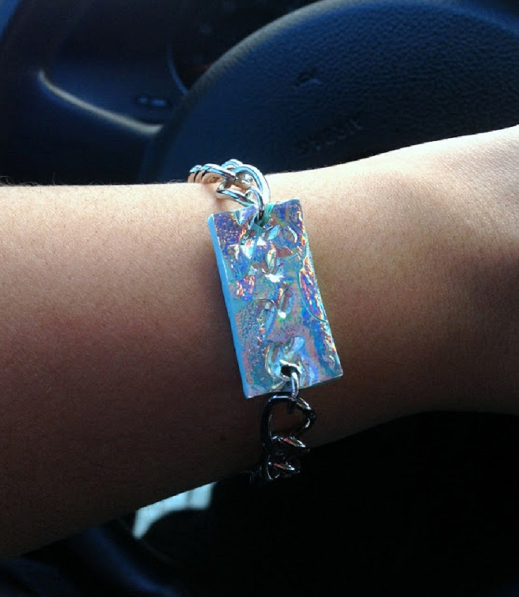 hologramic-necklace-and-bracelet-from-old-cd-diy