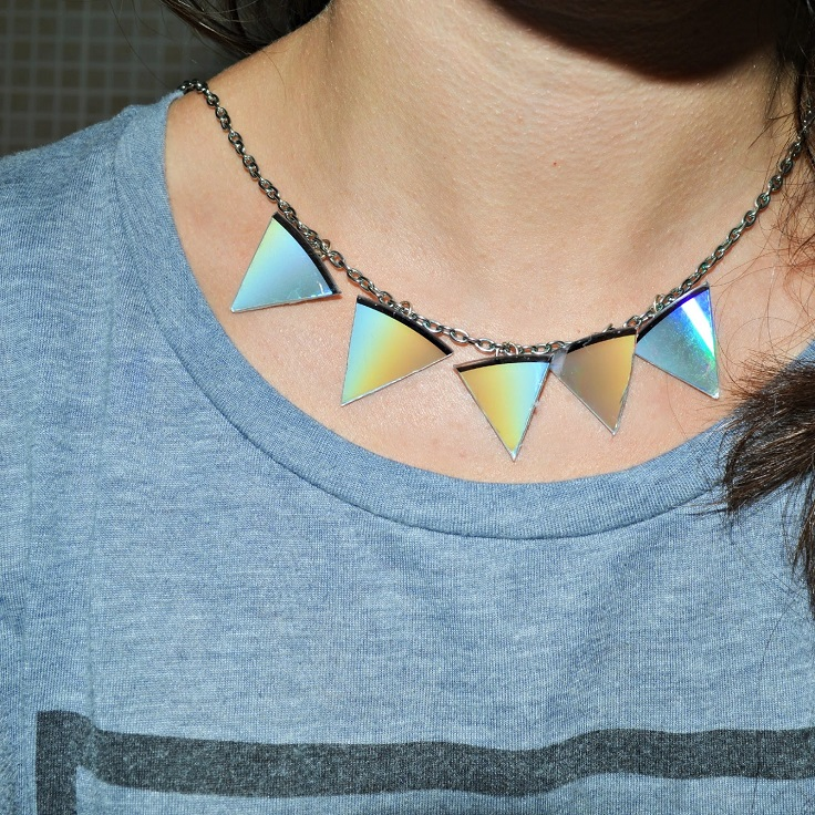 triangle-statement-necklace-out-of-old-cd-diy