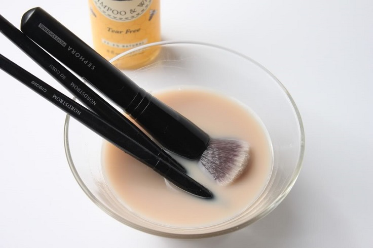baking-soda-makeup-brushes