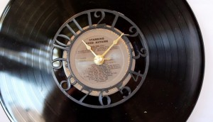 6-Diy-Gifts-You-Can-Make-In-Less-Than-An-Hour-vintage-record-clock