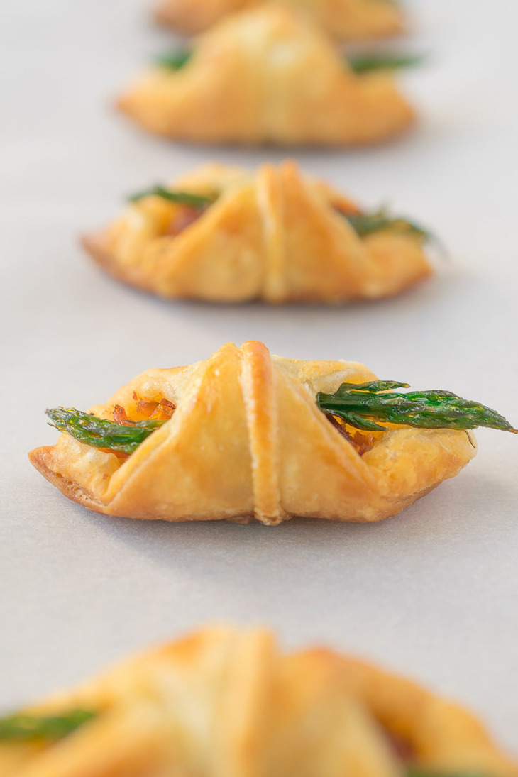 topAsparagus-sun-dried-tomato-puff-pastry-bites-13