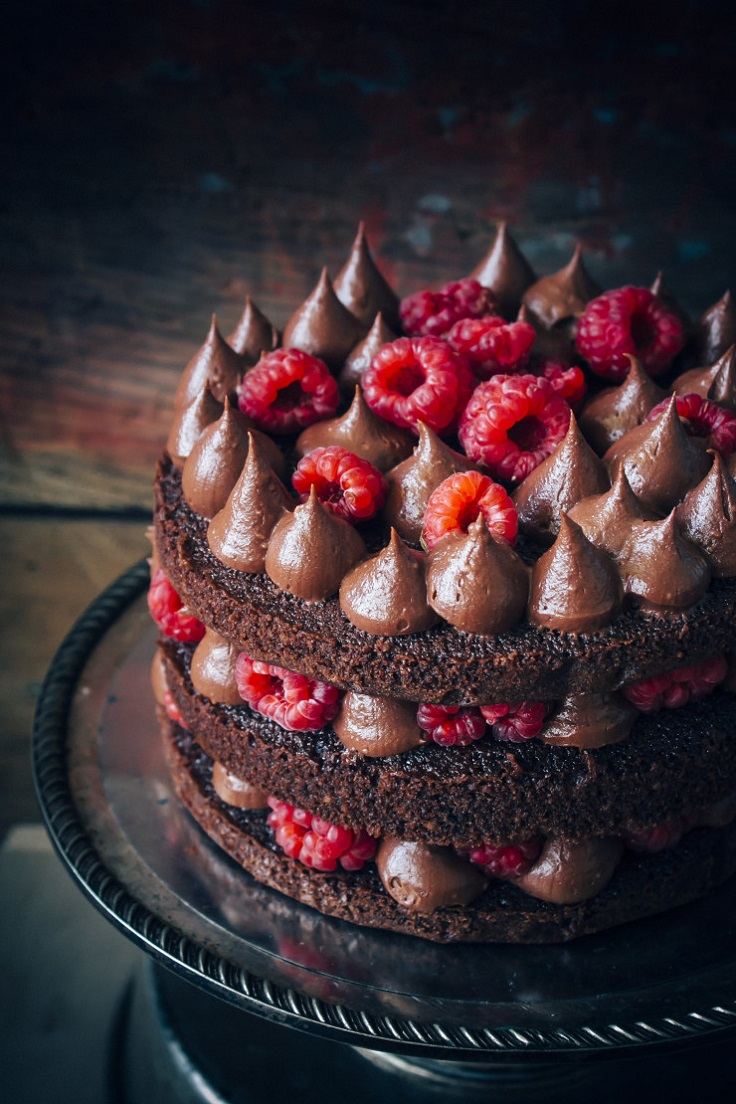 Easy-Chocolate-Cake-with-Raspberries
