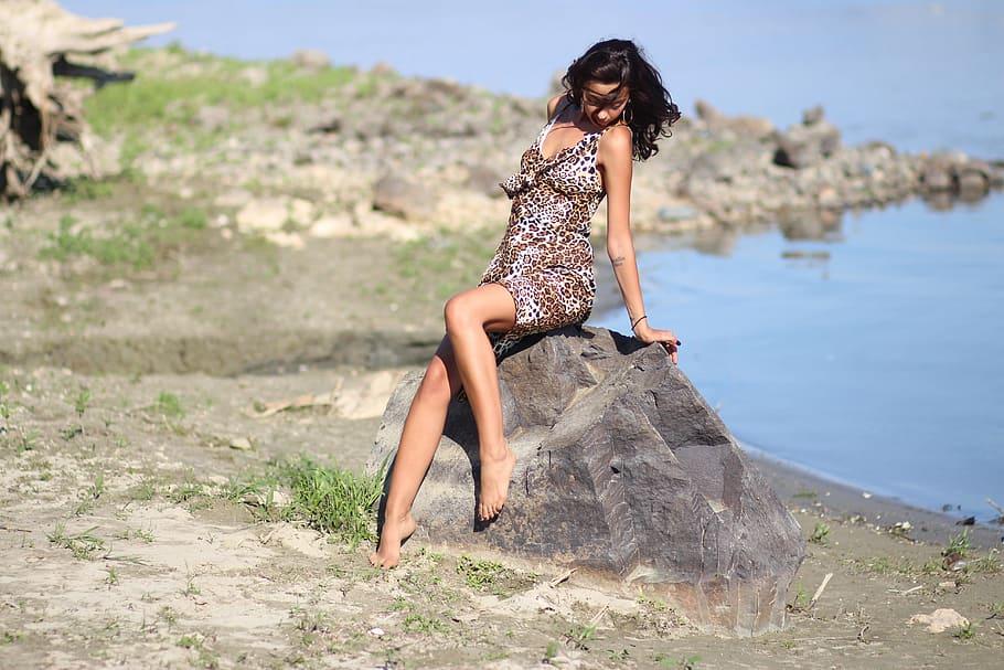girl-leopard-dress